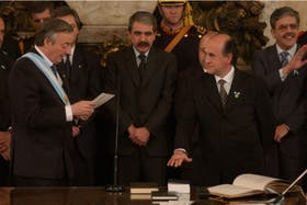 Néstor Kirchner le toma juramento a Oscar Parrilli como secretario general de Presidencia, el 25 de mayo de 2003