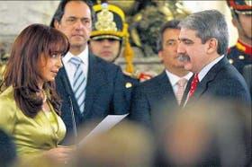 La Presidenta le tomaba juramento, ayer, al nuevo jefe de Gabinete de Ministros, Aníbal Fernández