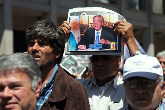 Miles de personas se acercaron a la Plaza de Mayo para despedir al ex mandatario argentino, Néstor Kirchner, innumerables muestras de afecto y dolor. Foto: LA NACION / Martin Turnes