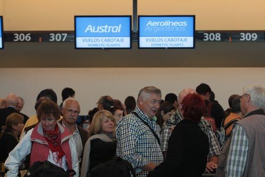 El Gobierno nacional recomendó días atrás a los pasajeros, que tengan programados vuelos de cabotaje, que lleguen tres horas antes al aeropuerto internacional de Ezeiza para evitar congestionamientos de tránsito y demoras. Foto: LA NACION / Miguel Acevedo Riú