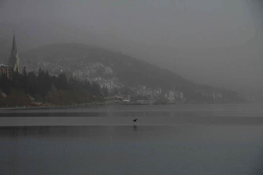 Una postal diferente del lago Nahuel Huapi cubierto de ceniza. Foto: Télam