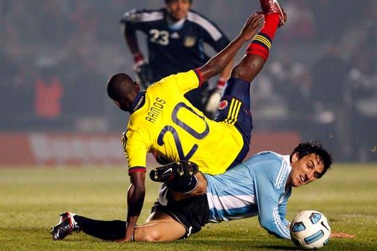 Burdisso barre con fuerza al colombiano Ramos. Foto: AP