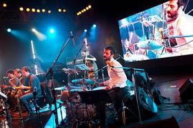 Pipi Piazzolla, en los tambores, al frente de la formación ampliada de Escalandrum
