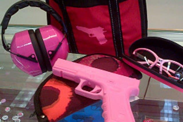 También se venden accesorios al tono de la pistola
