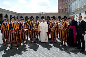 El Papa, junto a los guardias suizos que velan por su seguridad