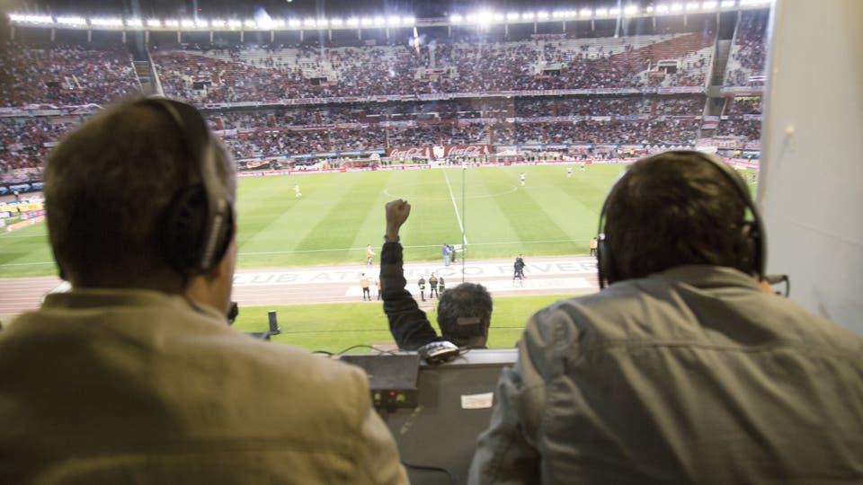 Más allá de la simple recreación de cada partido, sus relatos son parte de la tradición futbolera del país