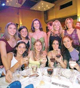 Brindis en la mesa de las ganadoras del Olimpia de Oro; Las Leonas, en su año brillante