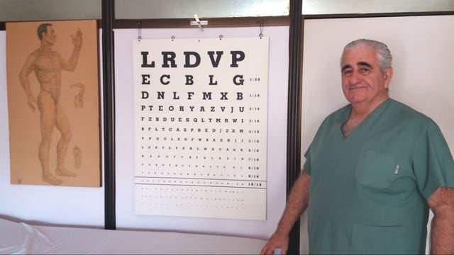 Oriente y occidente: El Dr. Flint con la clásica cartilla de evaluación oftalmológica y el mapa de los meridianos energéticos del cuerpo