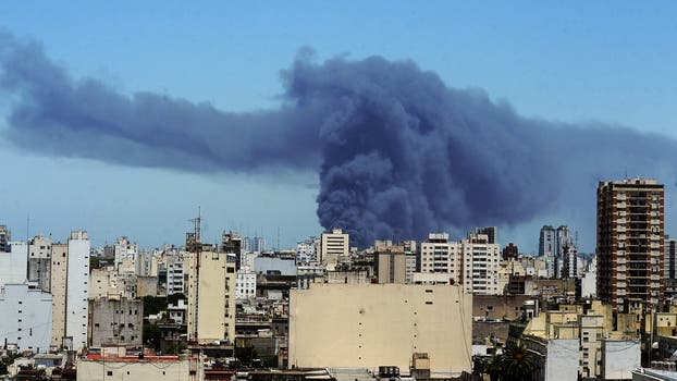 Se incendia una fábrica de colchones en Avellaneda: evacuan a los vecinos. Foto: EFE / Telam/Egurza Victoria
