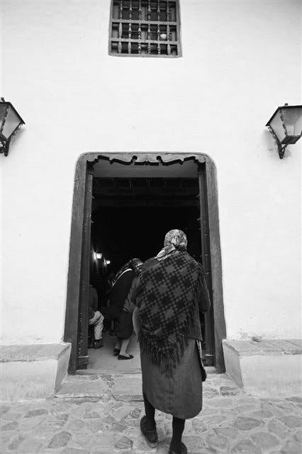 Desde lejos. Muchos de los que llegan a Yavi a la celebración de la misa nocturna y a la procesión de las doctrinas caminan varias horas desde las comunidades vecinas