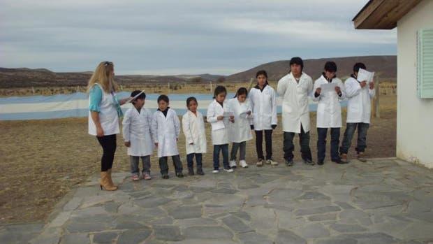 La directora Gladys Osovnikar junto algunos de los alumnos que asisten a la escuela