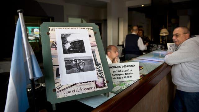 En el mostrador del Hotel Impala, en Lincoln, un cartel con la foto de los pilotos linqueños.