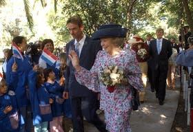 La reina Beatriz y los príncipes fueron recibidos en Tres Arroyos por cientos de niños que cantaron una canción típica holandesa