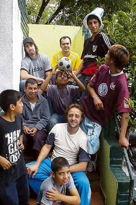 Gabriel Rodríguez y Gastón Alvarez, con los chicos de Belgrano
