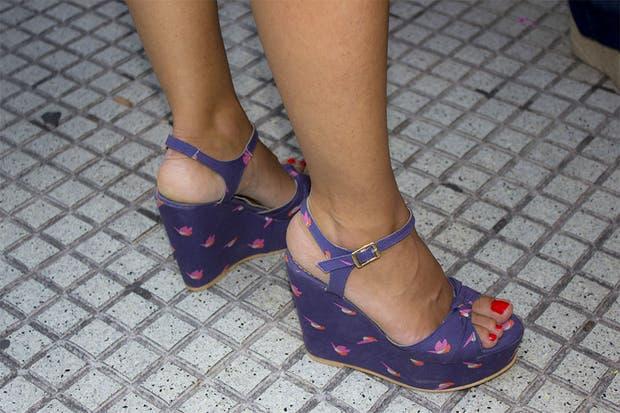 Sandalias con estampado de pajaritos. ¿Qué les parecen?. Foto: Agustina Ferreri