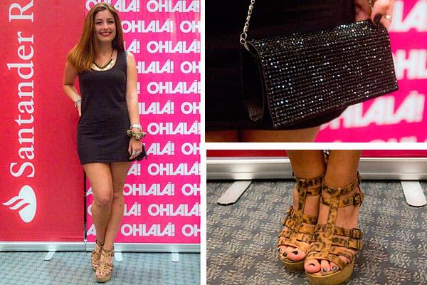 Vestido simple y muchos accesorios: sandalias con muchas tiras, carterita con brillo, collar y pulseras. Foto: Matías Aimar