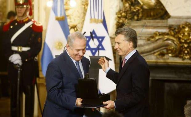 El presidente le entregó a su par israelí archivos digitalizados de la Cancillería