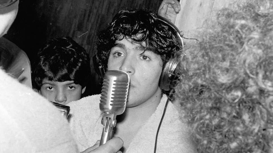 2-8-1981: entrevista radial en el vestuario tras un partido con Ferro. Foto: LA NACION