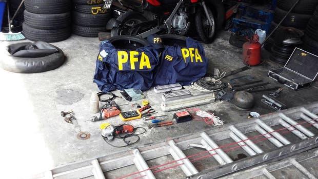 Las herramientas de los boqueteros, que fueron detenidos in fraganti