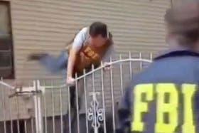 Uno de los agentes del FBI en pleno operativo policial para detener a los sospechosos de los ataques