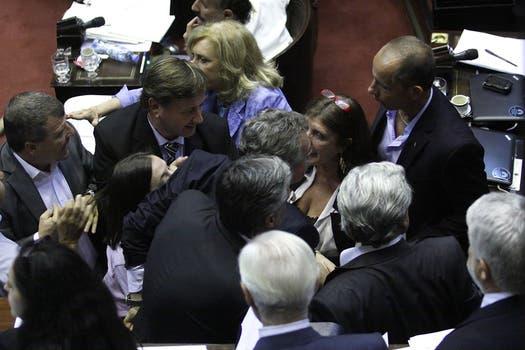 Rossi se levantó de su banca, furioso, y fue contenido por sus compañeros de bancada. Foto: DyN