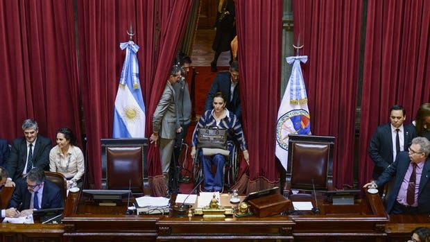 Michetti ingresa a la sesión, que concluyó con un cómodo triunfo del oficialismo en el Senado