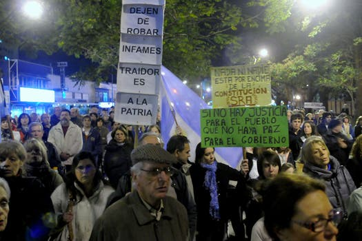 En Olivos, un grupo de manifestantes se concentró frente a la residencia presidencial. Foto: DyN