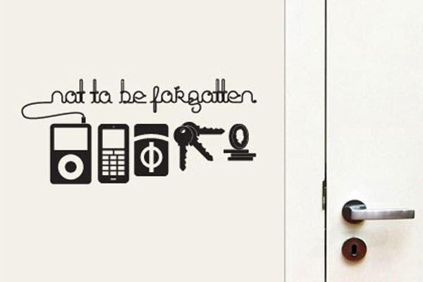 Un vinilo para pegar junto a la puerta. Antes de salir cuequeá en tu cartera: ipod, celular, cigarrillos, llaves y monedas. Foto: bashooka.com