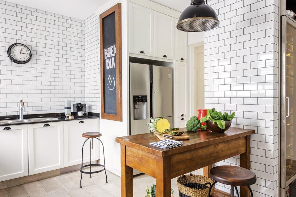 Una cocina con subway tiles y carpinter a de hierro - Cocinas con microcemento ...