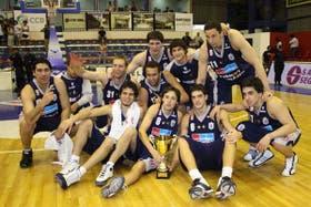 El grupo campeón de Peñarol muestra la Copa Argentina, el título que le faltaba