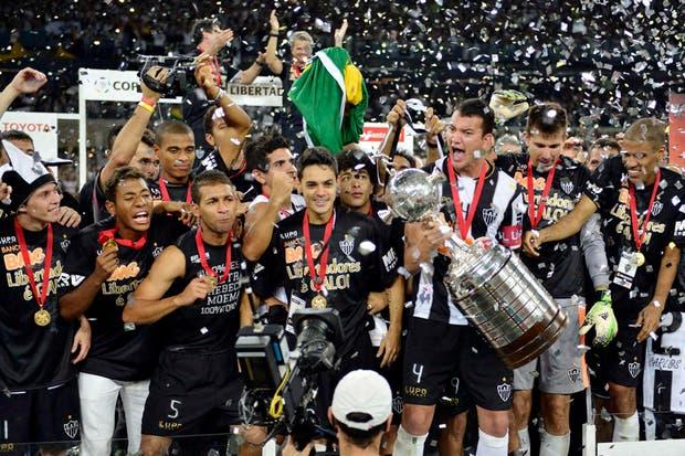 El plantel de Atlético Mineiro festeja con la Copa Libertadores