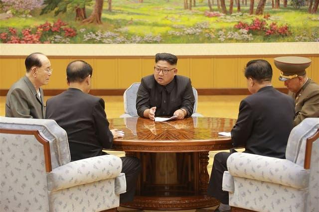 El líder Kim Jong-un, ayer, en una reunión con colaboradores cercanos