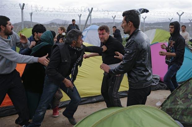Las peleas entre refugiados van en aumento, como la de ayer en un campo en la frontera entre Grecia y Macedonia