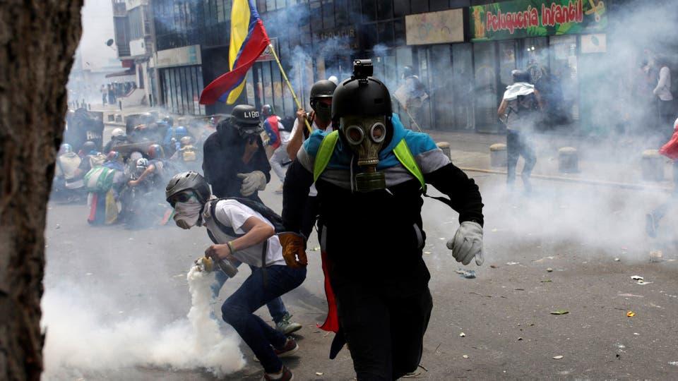 Varios de los detenidos en Villa del Rosario, donde fue derribada y destruida una estatua de Hugo Chávez. Foto: Reuters / Marco Bello