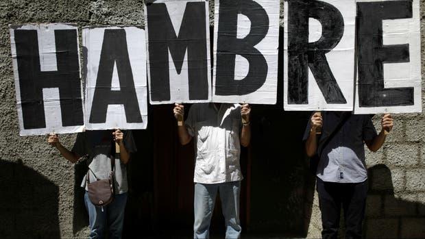 Manifestantes protestan frente a la oficina de Venezuela ante la Organización Mundial de la Salud (OMS)