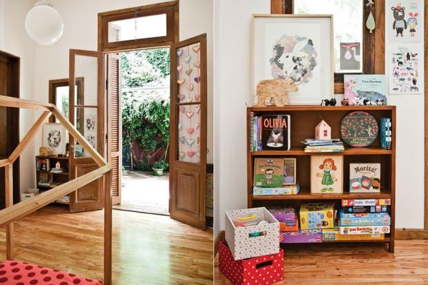 , Una biblioteca de madera de herencia familiar exhibe un surtido de libros que incentivan su natural gusto por los cuentos. Sobre sus estantes, además, juegos de mesa, marcadores de perritos (Derajim), set de casitas de papel, lámpara 'Oso' (todo Pehache) y cuadro 'Liebre', obra de la artista plást.  /Magalí Saberian