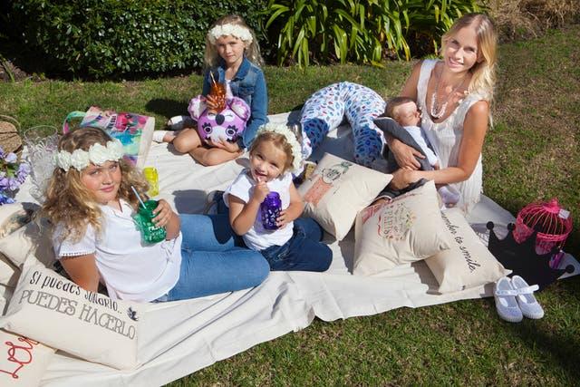 Carola rodeada de sus hijos posando para la tapa de una revista