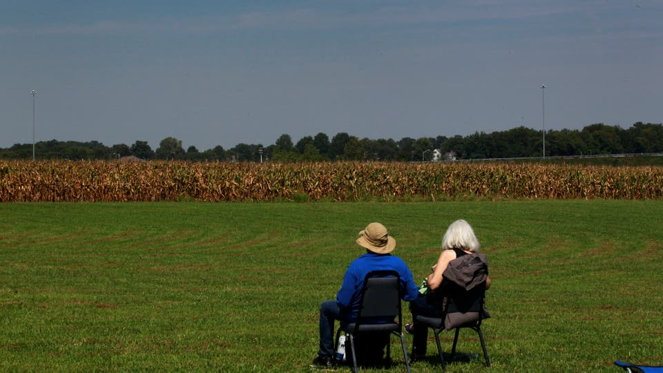 En la tranquilidad del campo una pareja mira el eclipse en Kentucky. Foto: Reuters
