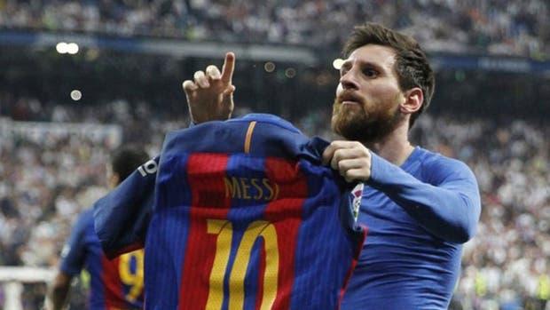Messi le muestra su camiseta al mundo
