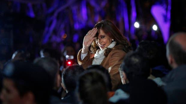 Cristina Kirchner fue recibida por un nutrido grupo de militantes en Aeroparque