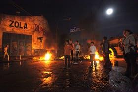 Anoche, a las 22.30, piquete en Matienzo y Zolá, en Quilmes, donde no tenían electricidad