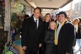 Fernando Espinoza (de), junto al gobernador bonaerense Daniel Scioli (iz)