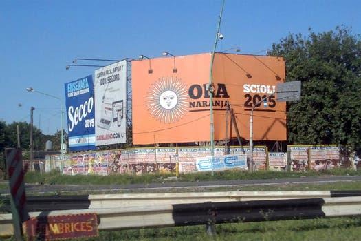 Los enormes carteles de Scioli en la autopista Buenos Aires - La Plata. Foto: Twitter
