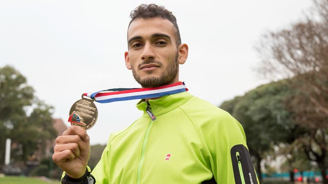 Leandro Paris, con la medalla de oro del Sudamericano para mayores de atletismo
