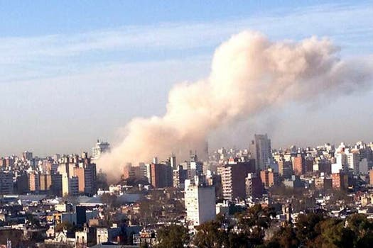 Fuerte explosión en un edificio de Rosario. Foto: @ago_castillo
