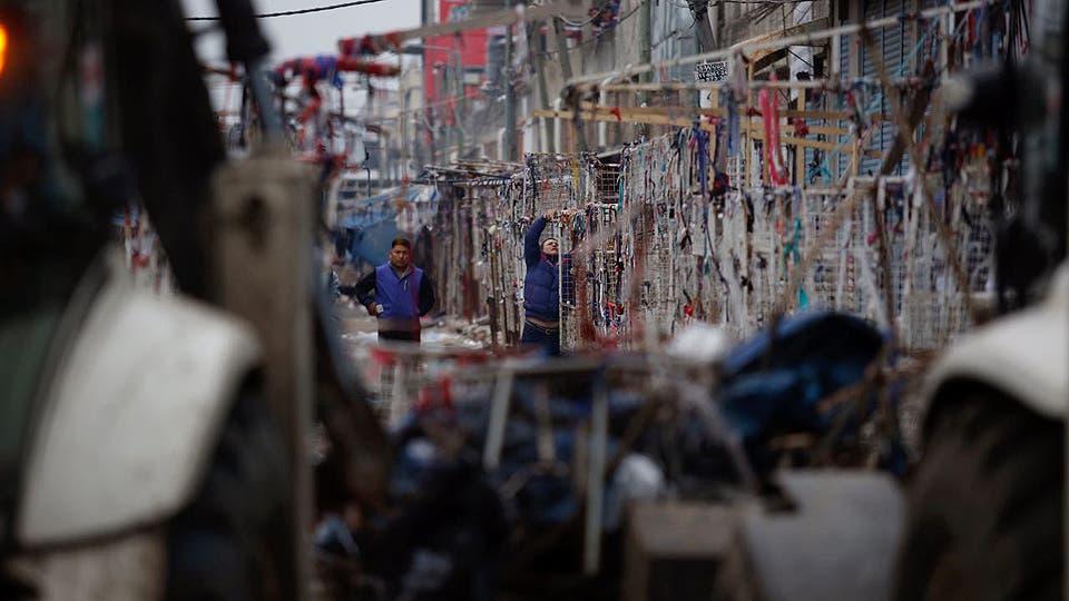 Los allanamientos continuaron hoy, encontraron $11 millones y 9 cajas fuertes ocultas en las paredes, las topadoras trabajan en el desmantelamiento. Foto: LA NACION / Emiliano Lasalvia