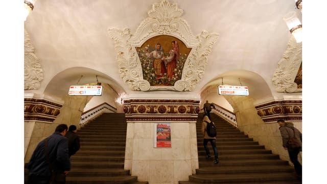 Las escaleras de la estación de metro Kievskaya en Moscú, Rusia