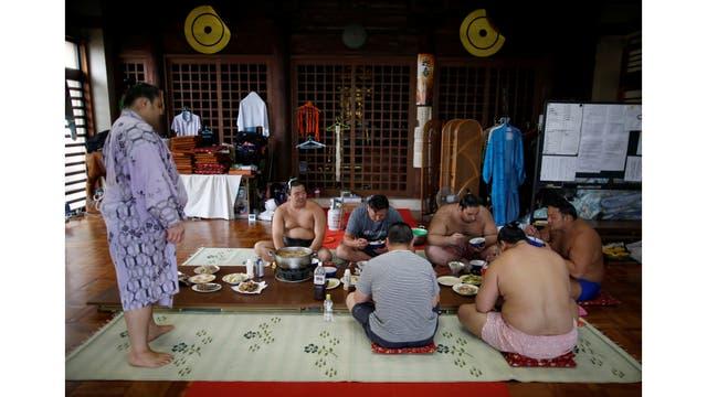 """El almuerzo, preparado por los luchadores junior, está constituido de patas de cerdo, sardinas a la parrilla y fritas, arroz al vapor y """"chanko nabe"""", un especie de guiso. Se dice que consumen 8.000 calorías al día"""