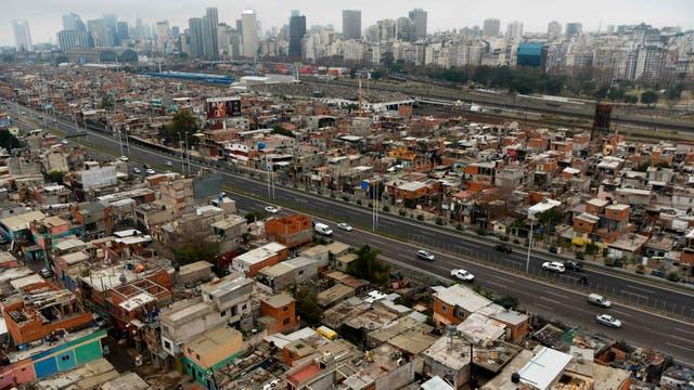 Vista de la villa 31 cruzada por la autopista Illia en Buenos Aires, Argentina,