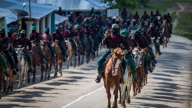Miembros del Ejército Zapatista de Liberación Nacional (EZLN) llegan a caballo para escoltar a María de Jesús Patricio en Guadalupe Tepeyac, Chiapas